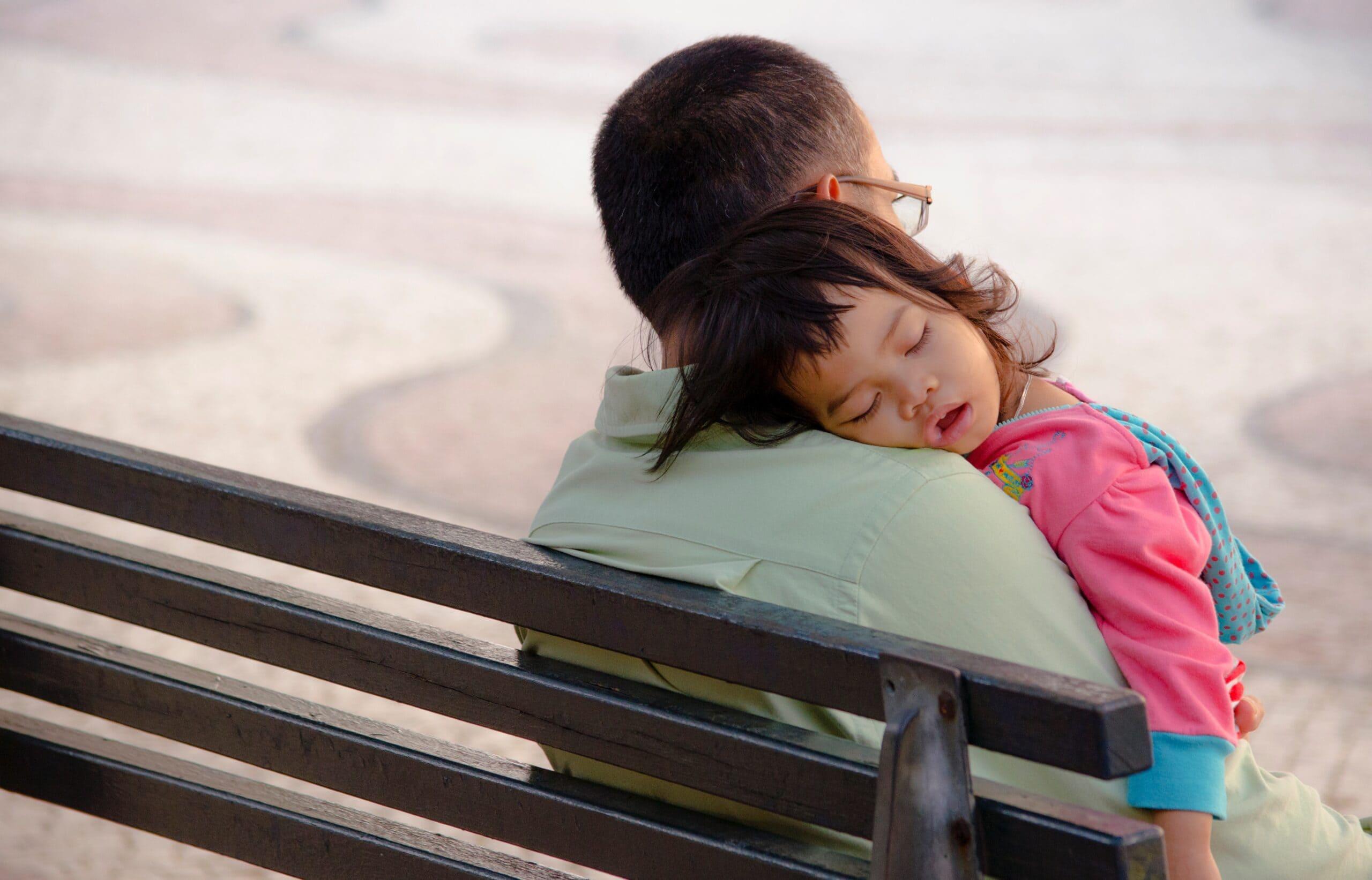 Gute-Nacht-Geschichten für Kindern erleichtern auch den Mittagsschlaf!