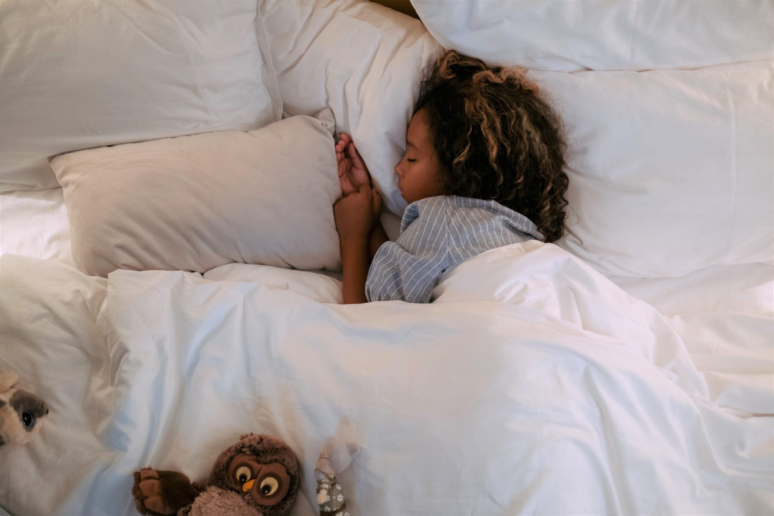 Eine Gute-Nacht-Geschichte kann das Einschlafen für Kinder erleichtern.