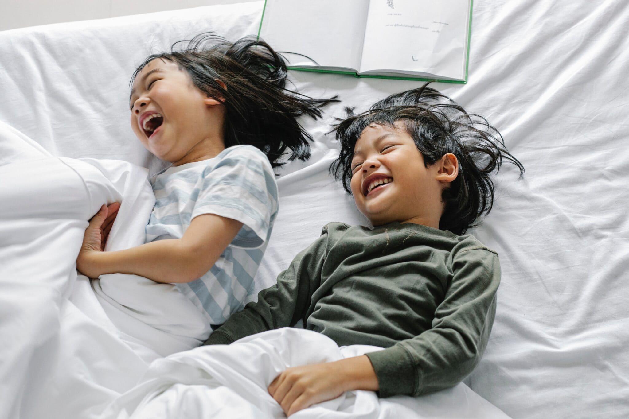 Mit einfachen Tipps kannst du eine Schlafroutine aufbauen und damit den Abend für dich und dein Kind entspannter gestalten.